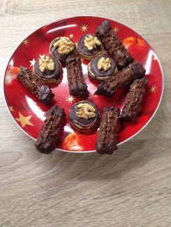 Walnussplätzchen und Nougatstangen auf einem Teller